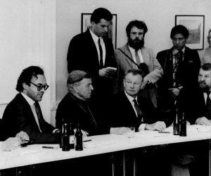 Zbigniew Brzeziński w Świnoujściu w Hotelu Amber - stoją w tle Jarosław Dalecki (radio) i Włodzimierz Abkowicz (prasa)