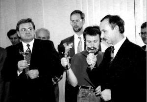Minister Przekształceń Własnosciowych Janusz Lewandowski w Stoczni w Szczecinie - Jarosław Dalecki nagrywa, a nie pije szampana z kieliszka ministra