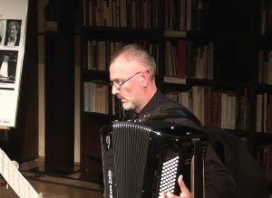 3. Profesor Akademii Sztuki Jerzy Siemak, dziekan Wydziału Instrumentalnego gra na akordeonie
