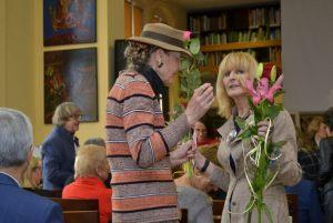 Wiesława Markiewicz rozmawia z gościem imprezy