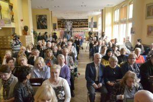 publiczność podczas benefisu w sali Zbigniewa Herberta