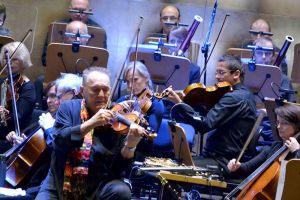 1. na pierwszym planie na skrzypcach gra Michał Urbaniak