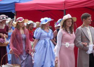 kolorowy korowód szykownych Pań i Panów podczas Festiwalu Róż, ubranych w historyczne stroje z epoki
