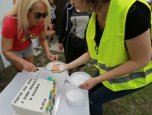 smakowitym tortem uroczyście przywitano uczestników festynu