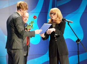 wręczenie nagrody Dziennikarz Roku 2015 Konradowi Wojtyle przez Annę Kolmer, z tyłu Bogdan Twardochleb - ubiegłoroczny laureat nagrody Dziennikarz Roku 2014