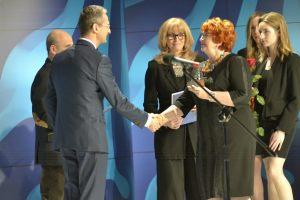 wręczenie Nagrody Dziennikarzy - Gabriela Doba przekazuje nagrodę Leszkowi Sagan