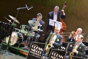 na pierwszym planie sekcja rytmiczna oraz kilku muzyków z sekcji saksofonów i puzonów