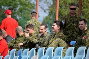 1. żołnierze kanadyjscy na trybunach stadionu w Reczu