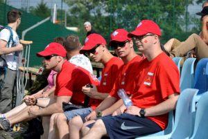 2. żołnierze kanadyjscy w strojach sportowych podczas meczu rugby