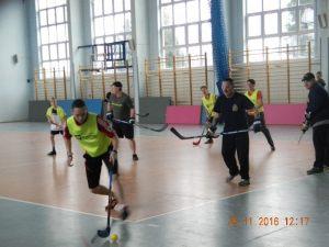 7. fragment meczu mini hokeja