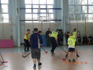 8. fragment meczu mini hokeja w hali sportowej w Reczu