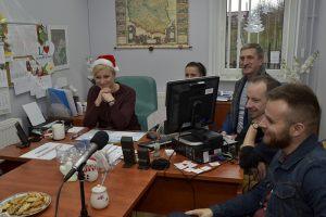 na zdjęciu muzycy biorący udział w nagraniu płyty i dyrektor szkoły w Korytowie Agnieszka Czukiewska