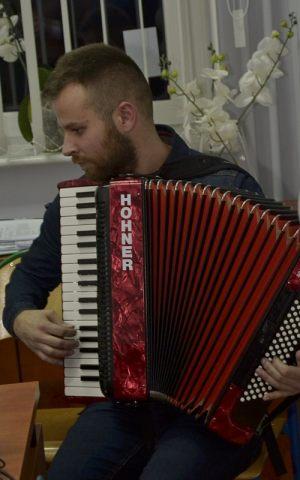 Paweł Lemiesiewicz, aranżer piosenek gra na akordeonie