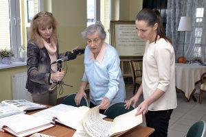 od lewej: red Anna Kolmer, Janina Pawłowska - autorka kronik, Agnieszka Koźbiał - dyr. Domu Kultury w Reczu