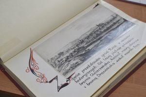 strona kroniki miasta ze stara fotografią Recza