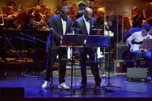 Amerykańscy czarnoskórzy wokaliści Andre Washington i Raashan Ahmed