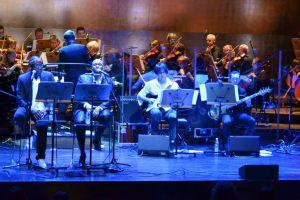 od lewej: wokaliści oraz część zespołu Radiostatik - gitarzysta solowy i gitarzysta basowy