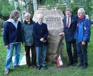 Wojtek Jacobson (w środku) i przyjaciele, na przystani JK AZS w Szczecinie, przy kamieniu pamięci Ludka Mączki