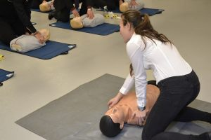 prowadząca zajęcia instruktora pierwszej pomocy