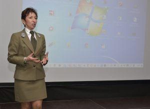 1. Dyrektor Zespołu Parków Krajobrazowych w Szczecinnie Dorota Janicka podczas prelekcji