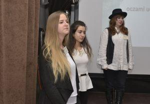 2. uczennice Technikum Zawodowego podczas swojej prezentacji