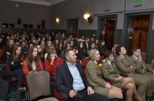 3. goście spotkania oraz uczniowie na sali kinowej wysłuchują kolejnej prelekcji