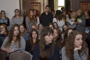 5. uczniowie w sali kominkowej wysłuchują kolejnej prelekcji