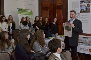 11. dyrektor Ośrodka Kultury w Cedyni prezentuje prasę lokalną
