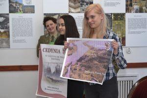 12. uczennice Technikum Zawodowego nr 4 w Szczecinie prezentują wykonane przez siebie plakaty reklamowe