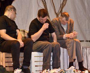 artyści na scenie siedzą na skrzynkach