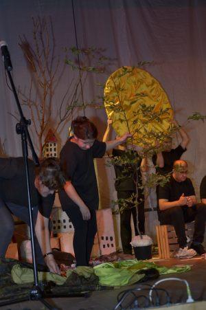 artyści na scenie prezentują imitację słońca