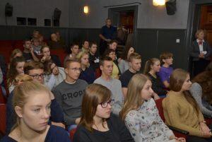 młodzież słucha prelekcji