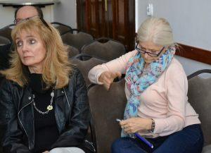 Anna Kolmer i Sonia Żarkowska słuchają wykładu dr Flasińskiego