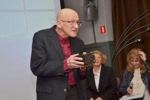 Włodzimierz Piątek demonstruje zabytkowy aparata fotograficzny