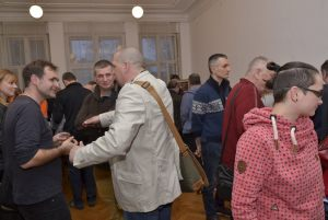 goście oglądają zdjęcia Włodzimierza Piątka (2)