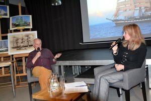 Marek Czasnojć i reda Anna Kolmer  prowadzą rozmowę na tle praca bohatera spotkania