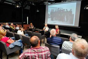 publiczność podczas spotkania z kpt. Jackiem Trojanowskim w sali Iluzjon Starej Rzeźni