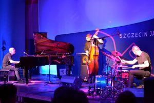 Marcin Wasilewski Trio cały zespół na scenie