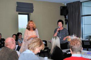 członkinie zarządu (od lewej): Krystyna Rynkun i prezydent  Ewa Kołodziejek z Lions Club Szczecin Rainbow Bridge prezentują osiągnięcia organizacji
