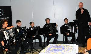 zespół akordeonistów z Państwowej Szkoły Muzycznej I stopnia w Szczecinie, którymi dowodził dyrygent Zbigniew Pudło swoim występem uświetnił charytatywną imprezę