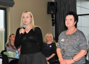Prezes Zachodniopomorskiego Hospicjum dla Dzieci i Dorosłych Kinga Krzywicka (pierwsza od lewej, z mikrofonem) wraz z prezydent Ewą Kołodziejek mówią o potrzebach placówki opiekuńczej