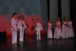 Rozśpiewani harcerze i harcerki na deskach PLECIUGI