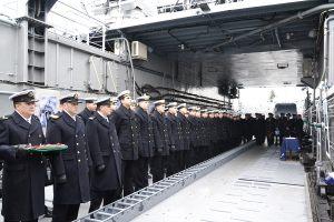marynarze na okręcie podczas uroczystej zbiórki
