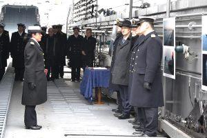 Kpt. Mazurek składa raport dowódcy
