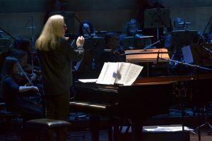 3. autor aranżacji i pomysłodawca płyty Wojciech Gogolewski dyryguje orkiestrą filharmonii szczecińskiej