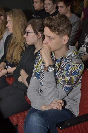 młodzież z zaciekawieniem słucha wykładu