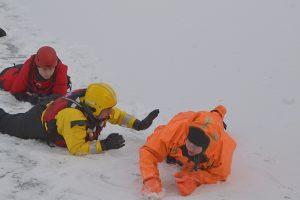 akcja ratunkowa - na lodzie ratownicy WOPR