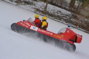 poduszkowiec podczas jazdy na lodzie