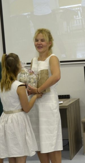 Organizator imprezy Zofia Sadłowska odbiera upominek od uczennicy ZSS nr 9