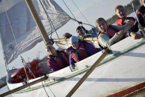 grupa niemiecka z Patzig podczas rejsu na jachcie po Jeziorze Dąbskim